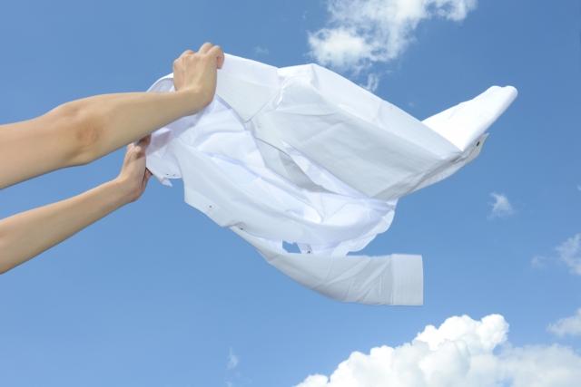 クリーニング後の白いシャツ